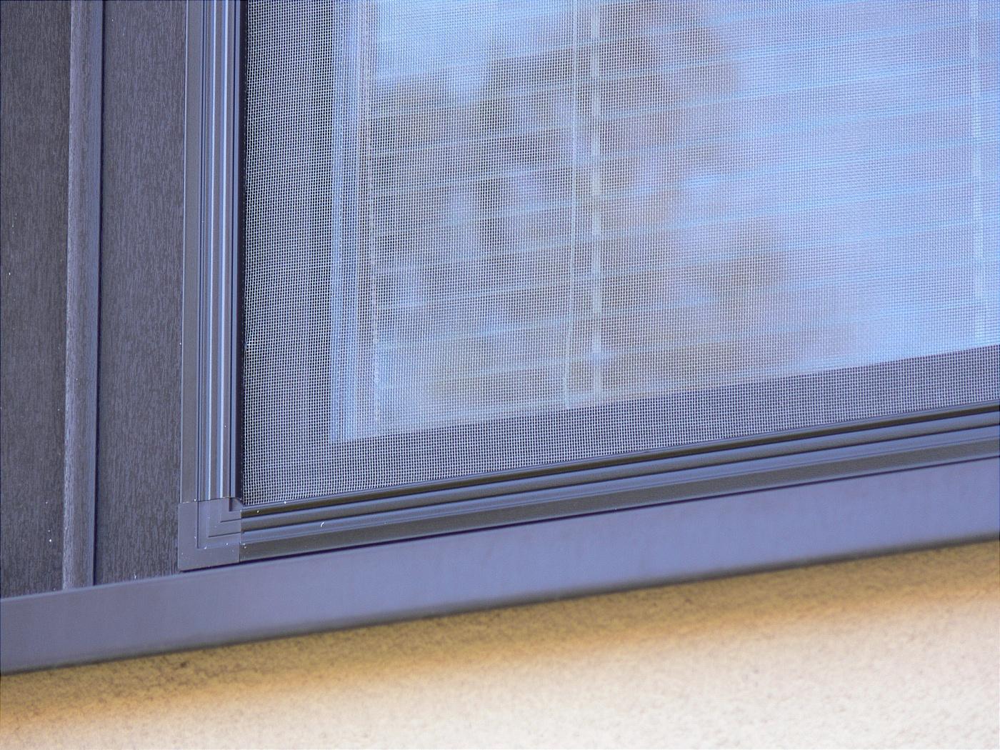 Síť proti hmyzu v barvě okna